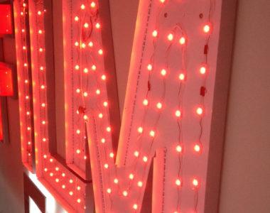 Indirekt beleuchtette Werbung mit LED aus Falkensee